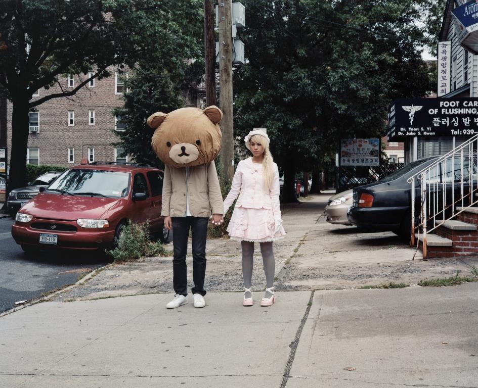 Cake an Mr Brown von Oliver Sieber, Queens NY 2007  Händchenhaltendes Pärchen auf einer Straße. Er (?) mit Teddykopf, sie im Lolita-Style