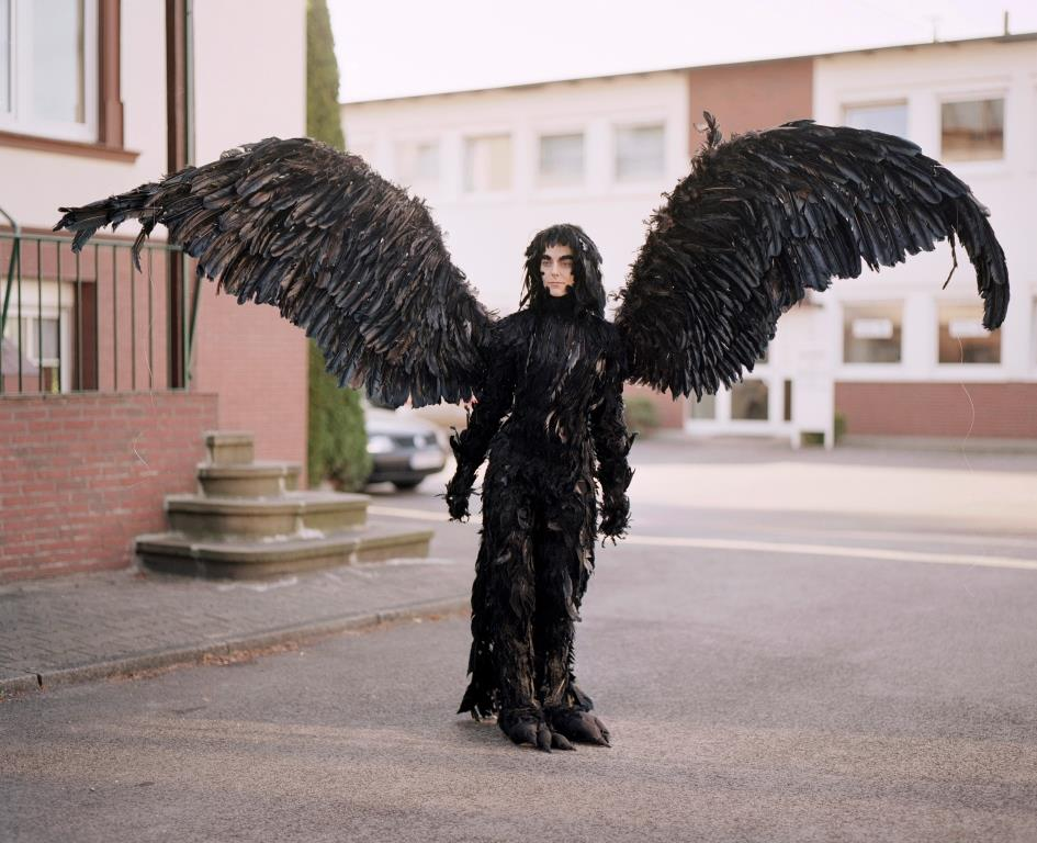 Cosplayer in Kostüm eines Schwarzen Engels
