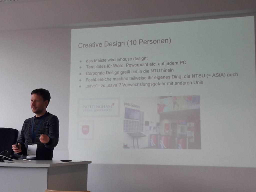 """Mann vor Folie mit Überschrift """"Creative Design"""""""