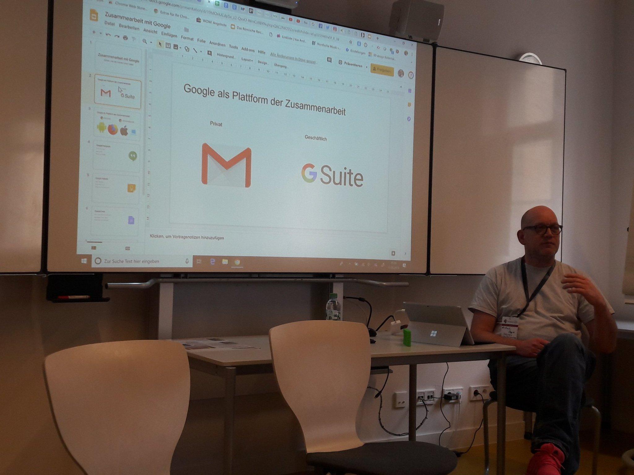 Mann vor Präsentation von Google