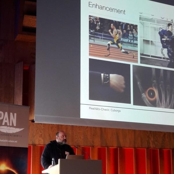 Mann vor Präsentation mit Enhancement-Beispielen
