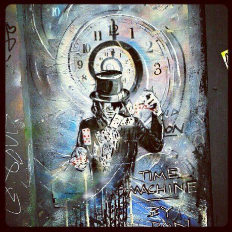 Graffiti von Mann mit Spielkarten vor Uhr