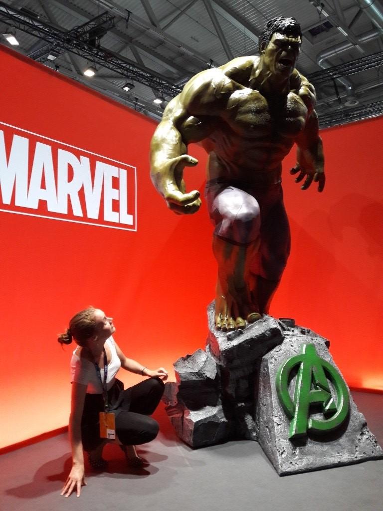 Ich, kniend vor Hulk