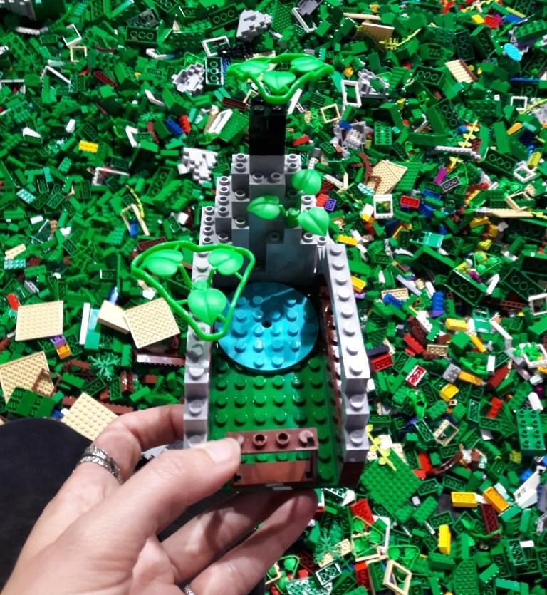 Legoburg mit See vor Legosteinen
