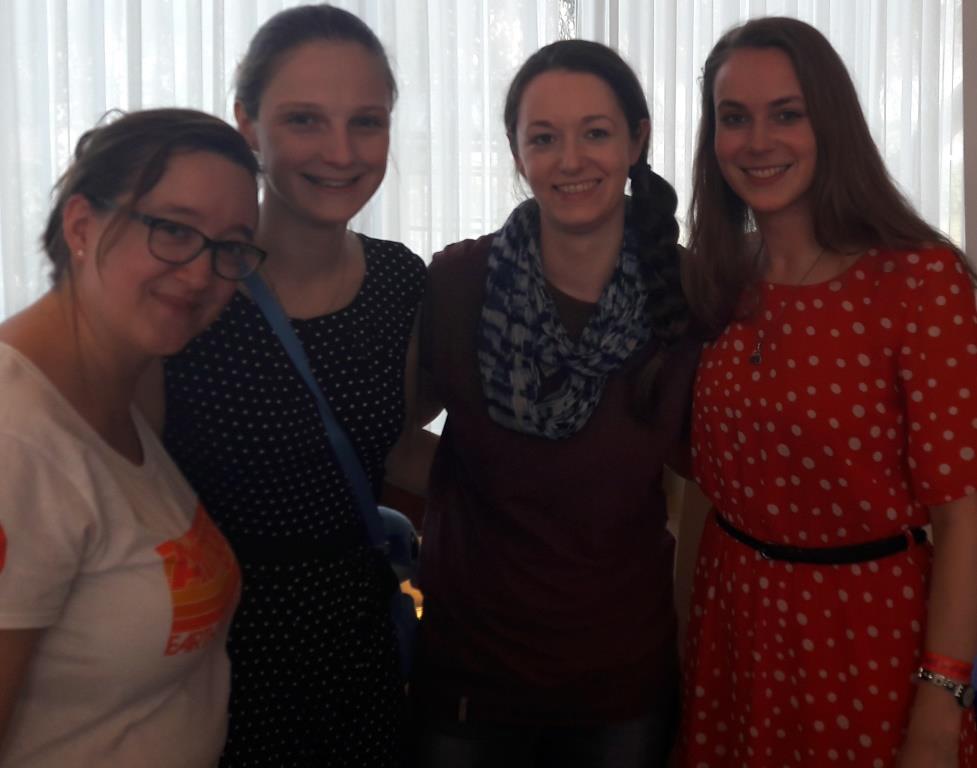 vier Frauen grinsen in die Kamera