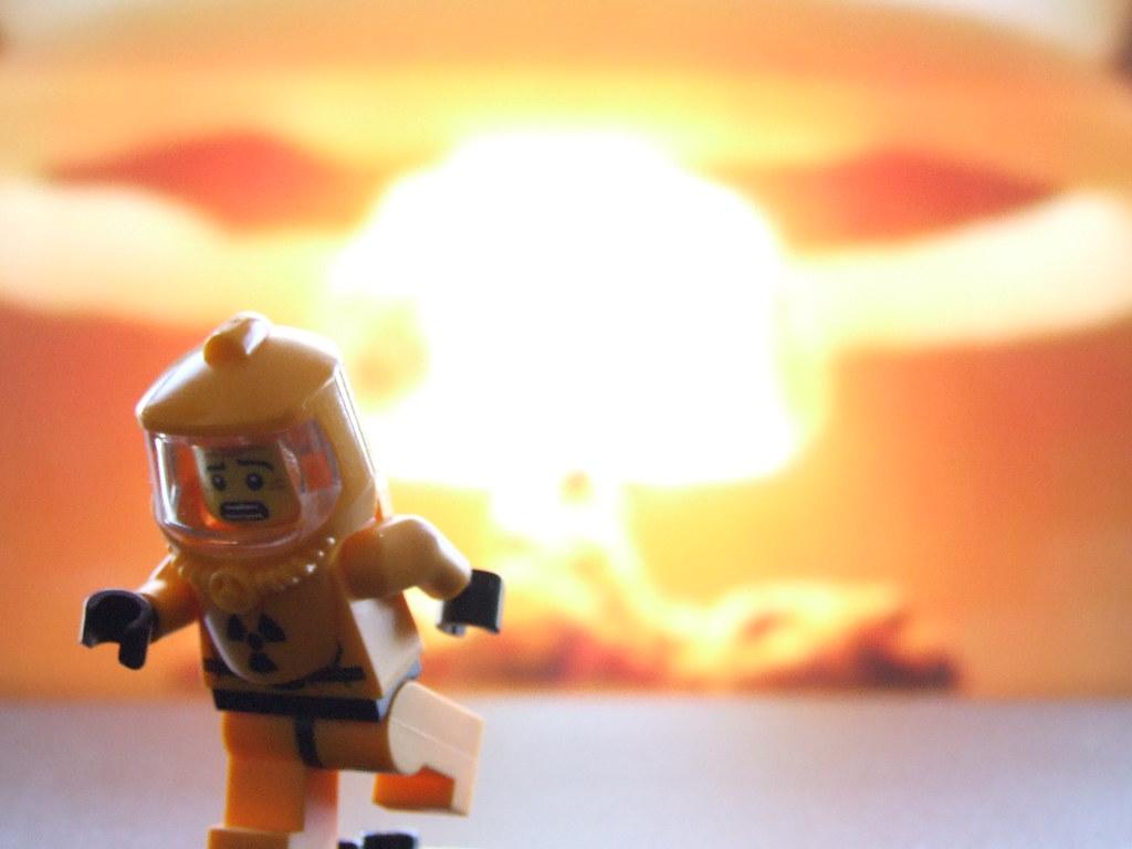 Legomännchen flieht vor Explosion