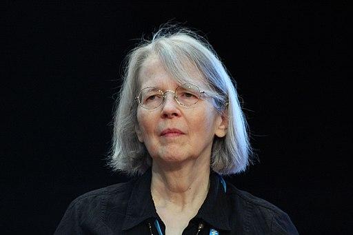 Frau mit Brille und halblangen, grauen Haaren