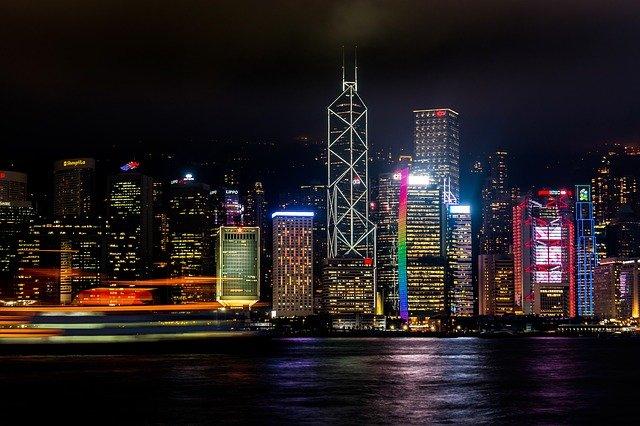 Nächtliche Skyline von Hongkong, hell und bunt erleuchtete Skyscraper