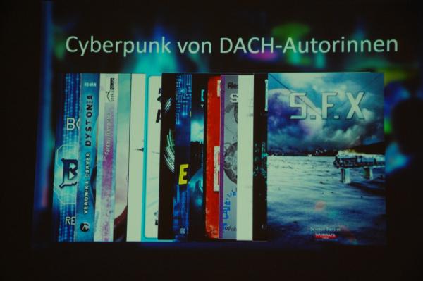 """Foto einer Powerpoint-Slide mit Covern von Cyberpunk-Werken. Als oberstes zu erkennen ist die Anthologie """"S.F.X."""" aus dem Wurdack Verlag"""